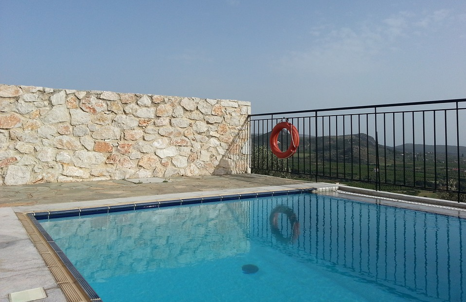 Schwimmbecken mit Ausblick